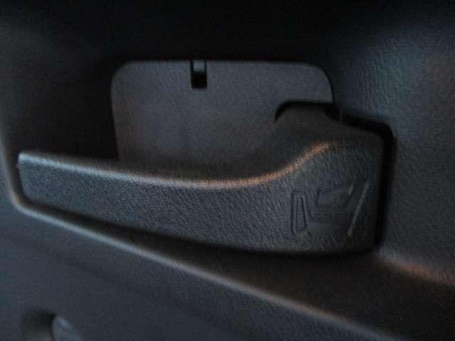 トランク内にあるこのレバーを引くだけで、リアシートの背もたれが倒れてフルフラットになります☆荷物を載せるときにわざわざトランクとリアシートを行き来しなくても大丈夫です☆