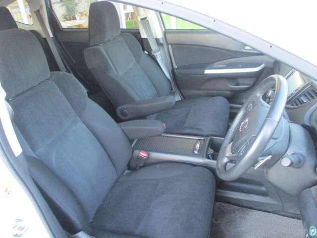 運転席☆ホールド感のあるシートなので長時間の運転でも疲れにくいです☆ご納車前には再度車内清掃を行いますのでご安心下さい☆