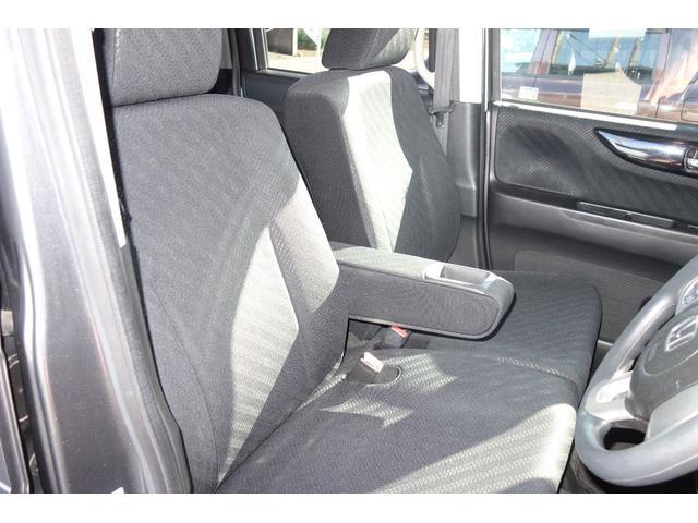 運転席は格倒式のアームレスト 長距離運転の際に役立ちます