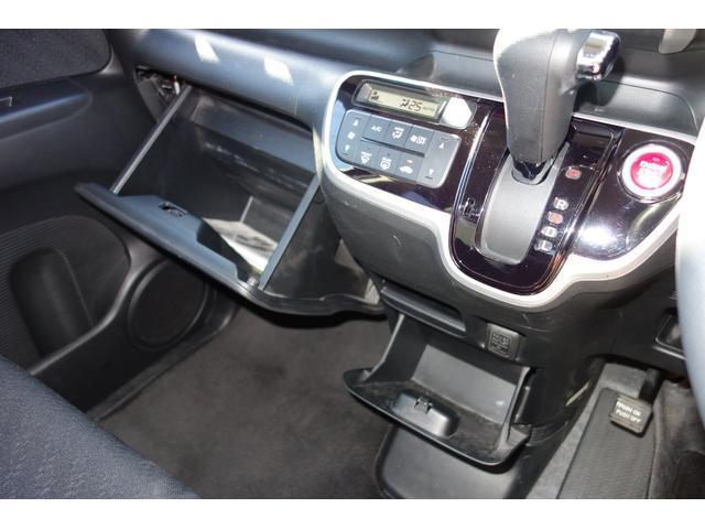 グローブボックスは車検証ケースを入れてもまだ余裕が有ります。