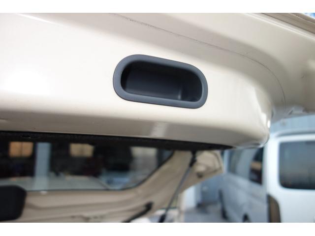 以外に便利なバックドアインナーハンドル バックドアが雨で汚れてしまってもバックドア内側のハンドルを使って閉めれば手は汚れずにすみます