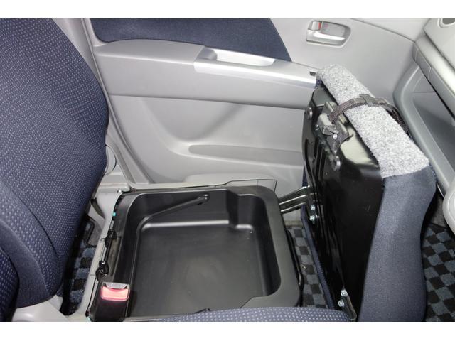 助手席シート下の収納スペース 場所をとる車検所ケースなども入る大きなスペースです