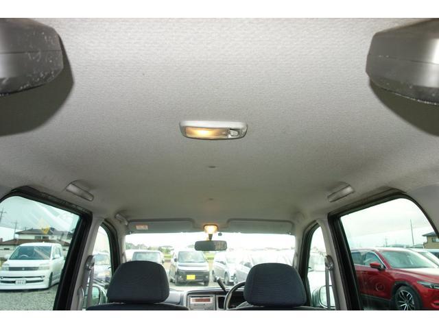 天上の画像です。シートの色と調和のとれたあかるめのカラーで車内を落ち着いた空間にしてくれています。