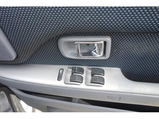 各ドアに付いているボタンでロック、アンロックができるすぐれもの☆バックの中に鍵をしまったままでも開閉できるのがスマートキー車の強みです