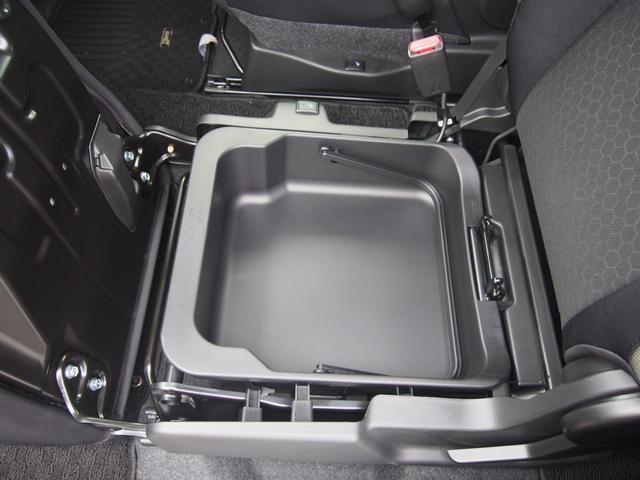 スズキのお車の特徴の1つで助手席下の収納はかんりスペースもあり使い勝手も良いですよ