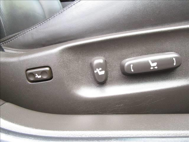 運転席・助手席とも前後スライド・リクライニングの角度調整も電動です。運転席にはランバーサポート機能も付いてます。