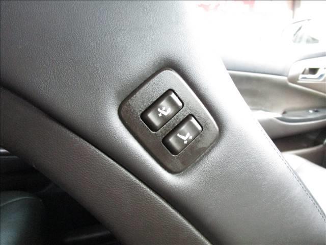 助手席背もたれの右肩に、前後スライドとリクライニングのスイッチがあります。運転席から調整ができるのは便利ですね。