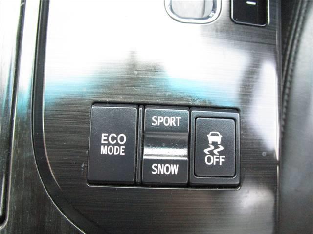シフトレバーの後部には、エコモードスイッチ・スポーツモードとスノーモードの切替スイッチ・トラクションコントロールのオフスイッチがあります。