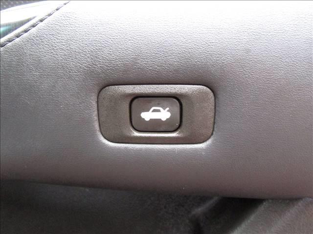 電動トランクオープナーは運転席ドアのアームレストのところにあります。