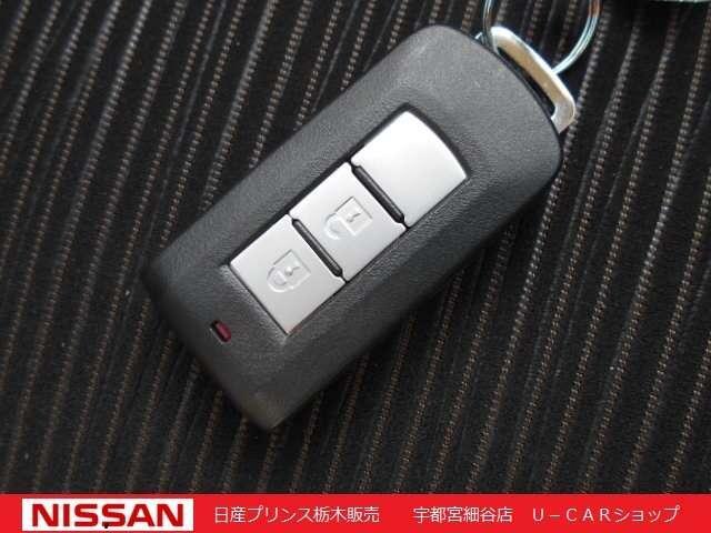 インテリジェントキーを装備。バックや服のポケットに入れたまま、ドアの開錠・施錠、エンジン始動が行えます。
