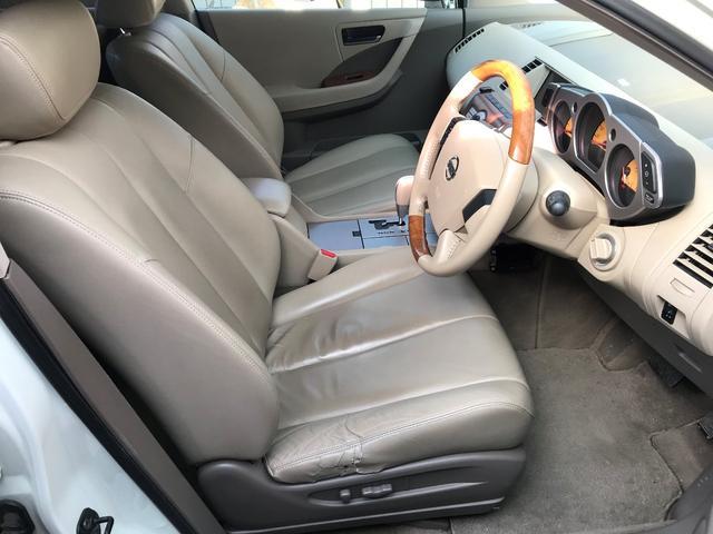 革シートも綺麗です。運転席のサイドサポート部が補修されております。
