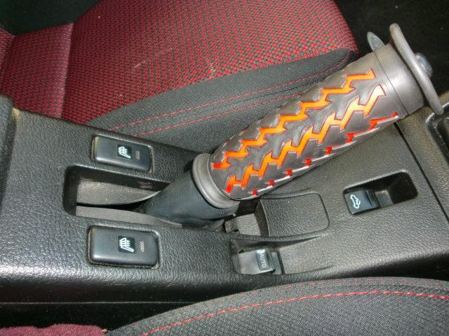 サイドブレーキも握りやすい、シートヒーター装備