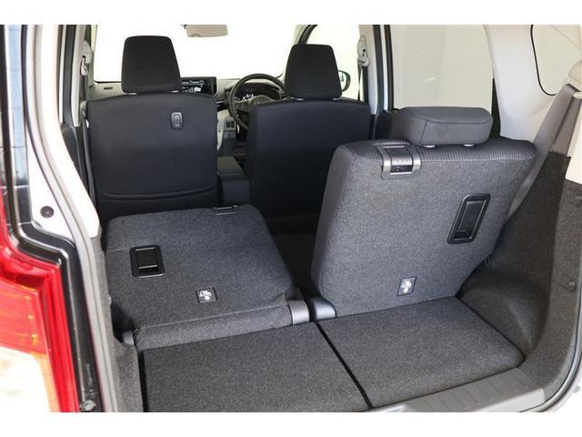 3名乗車時に、後席片側を倒すだけで荷室を拡大することができます!