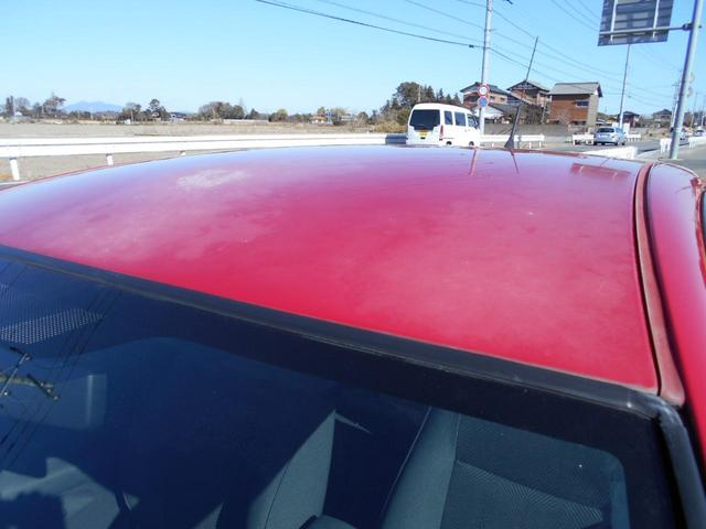 ルーフに色あせがあります。板金塗装も提携先工場にて業者価格にて承ります。