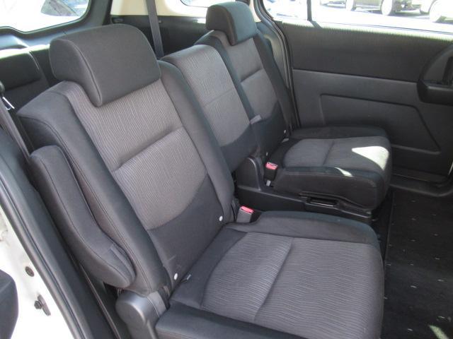 ■ 右後席 ■ 運転席側後ろのドアを開けてみた2列目シートです。