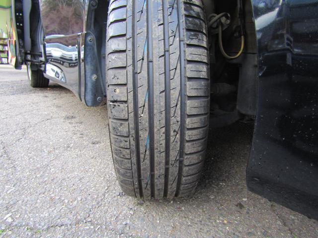 当店タイヤショップも営んでいます。フィンランドのノキアンタイヤ装着したばかりで山が沢山あります!車は安く買ったけど、タイヤがツルツルっと言う心配はありません!