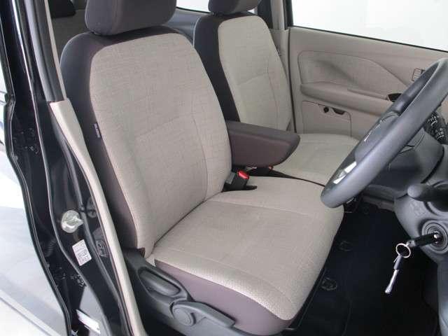 運転席はベンチシートで足もとゆったり!もちろん車内クリーニング済みなので清潔です! 寒い日にうれしいシートヒーター!運転席、助手席に装備されています。