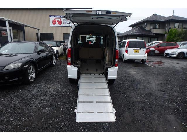ウィズ 車いす移動車 リヤシート付 電動固定式 禁煙車(3枚目)
