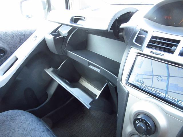上段アッパーボックスには小物を下段グローボックスには車検証などの大切な物を入れて置けますね♪