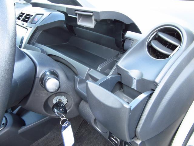 運転席前にはアッパーボックスがあります。普段取り出しやすい物を入れて置けます♪