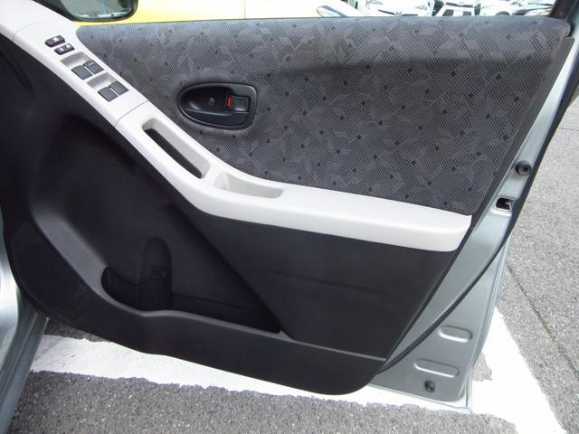 運転席ドアのパワーウィンドウスイッチは各窓の操作ができます。