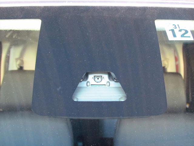 衝突被害軽減ブレーキ装備なので、フロントカメラで前方車両を検知しドライバーに回避操作を促し万一の時は自動で緊急ブレーキが作動します!!
