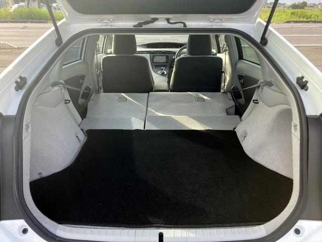 後部座席倒せますので大きな荷物も楽々積むことができます!!