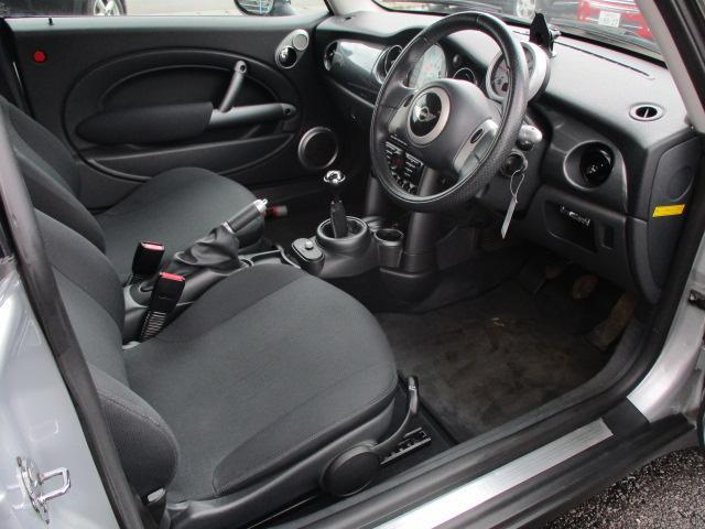 運転席は奥行のある広い足元に深く座る事の出来るシートになります♪ドアの開閉も大きいので乗り降りもスムーズに行えます♪シートリフター機能もございますのでお好みの高さに調整出来ます♪