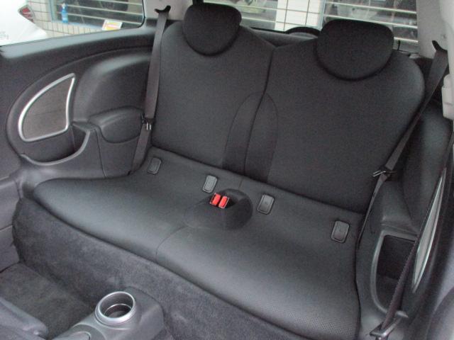 後部座席の両サイドには肘掛と収納ポケットが完備されております♪チャイルドシートも装着出来ますのでお子様を連れてのドライブもお楽しみ頂けます♪