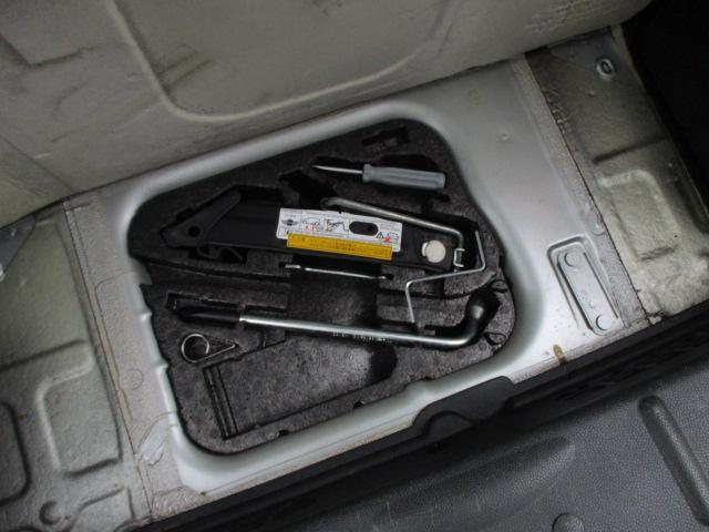 ラゲッジスペース下部には車載工具も完備されておりますので緊急時の対応も安心です♪
