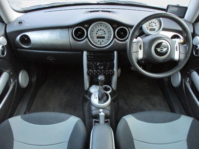 MINIならではの遊び心が有るインテリアデザインになります♪艶やかな車内で清潔感もございます♪パネル類に目立つキズ等もなくキレイな状態です♪