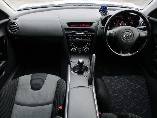 内装はブラック×グレーを基調としたシックで落ち着いた雰囲気の車内になっております♪パネルやスイッチ類には目立つキズや汚れ等も無くとてもキレイな状態です♪