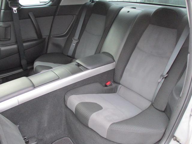 後席は1人掛けになっておりゆったりとご乗車出来ます♪シートやフロアマットにも目立つ汚れや擦れ等もなくキレイな状態です♪センター部にはドリンクホルダーや小物入れも完備されております♪
