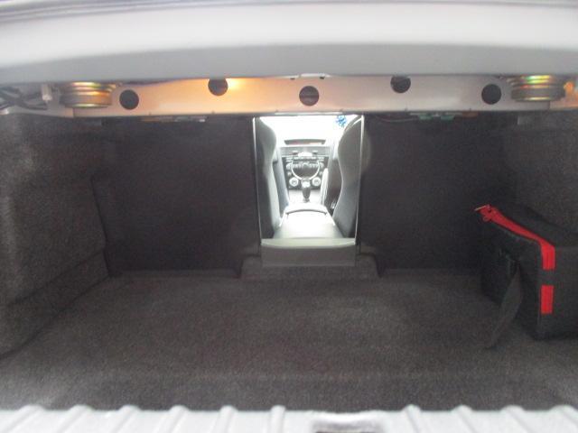 トランクルームは後部座席中央背もたれを倒すと車内とつなぐ事が可能です♪長さの有る物も積むことも出来ます♪