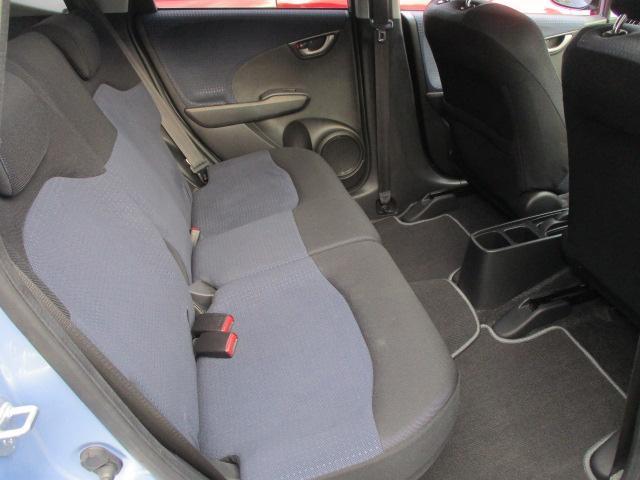 後部座席は座面も大きく座り心地も良好です♪汚れがちなフットマットも使用感が少なくキレイな状態です♪