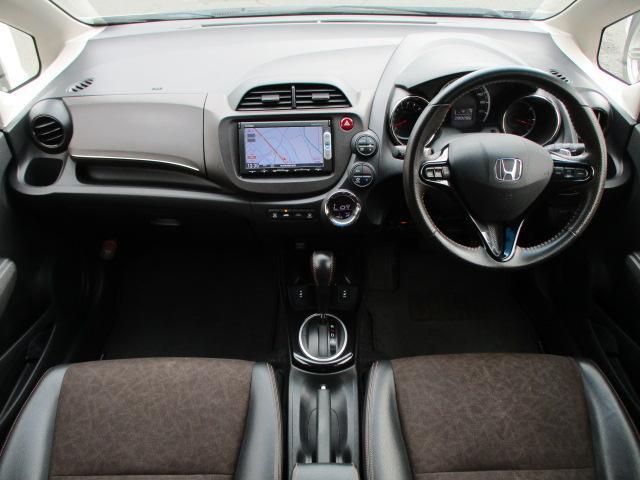 後期型 15Xグレードには、前席にシートヒーターが標準装備されております♪ハーフレザーシートも装備され、上質なインテリアとなっております♪内装はブラックを基調としたシックで落ち着いた雰囲気の車内です♪
