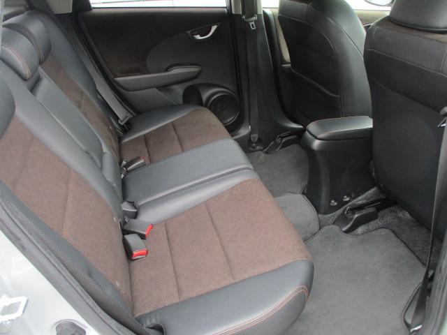 後席のハーフレザーシートにも目立つキズや擦れ等もなくとてもキレイな状態になっております♪後席のシートは座面も大きく座り心地も良好です♪汚れがちなフットマットも使用感が少なくキレイな状態です♪
