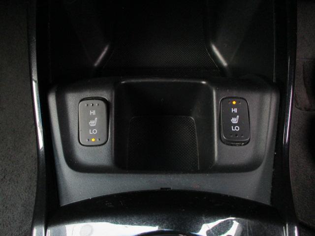 期型 15X グレードですのでシートヒーターが標準装備されております♪シートヒーターのスイッチはシフトの前にございます♪これからの寒いシーズンには嬉しい装備です♪