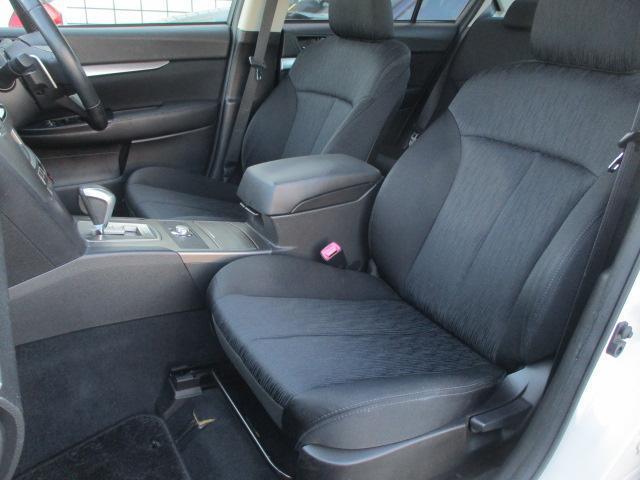 運転席・助手席共にシートに焦げ穴や目立つ汚れ等も無くとてもキレイな状態です♪センターコンソールには、ドリンクホルダーや小物入れも完備されており使い勝手も良好です♪