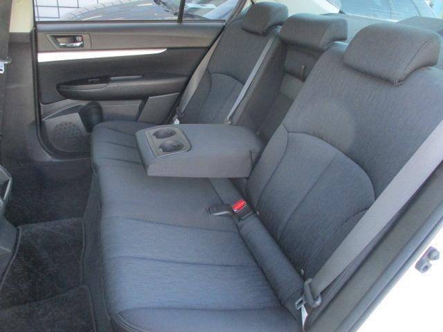 後席のシートはキレや破れ焦げ穴等もなく清潔感のある車内です♪シートは座面も大きく座り心地も良好です♪中央部の背もたれを倒せば肘置きが装備されております♪汚れがちなフットマットもキレイな状態です♪