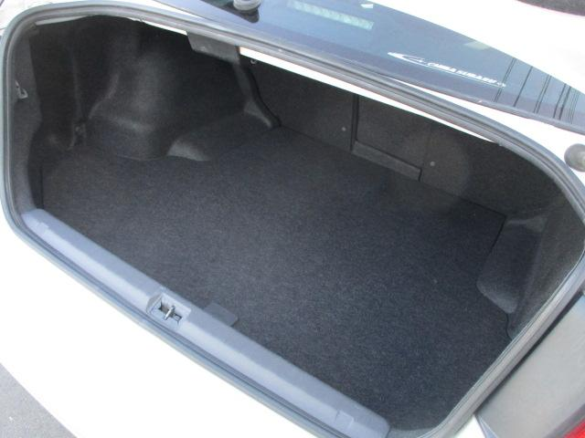 トランクルームも奥行きがあり収納力もございます♪沢山の荷物も積むことが出来ますので使い勝手も良好です♪後部座席中央背もたれを倒すと車内とつなぐ事が可能です♪