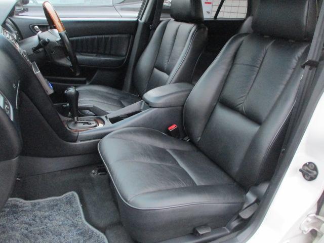 運転席・助手席共に本革シートに焦げ穴や目立つ汚れ等も無くとてもキレイな状態です♪センターコンソールには ドリンクホルダーや小物入れも完備されており使い勝手も良好です♪