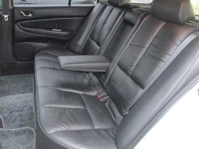 後席の本革シートにも目立つキズや擦れ等もなくキレイな状態です♪座面も大きく座り心地も良好です♪中央部の背もたれを倒せば肘置きが装備されております♪汚れがちなフットマットもキレイな状態です♪