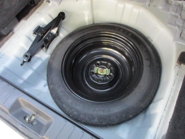 ラゲッチスペース下部には、スペアタイヤと車載工具も完備されておりますので緊急時の対応も安心です♪