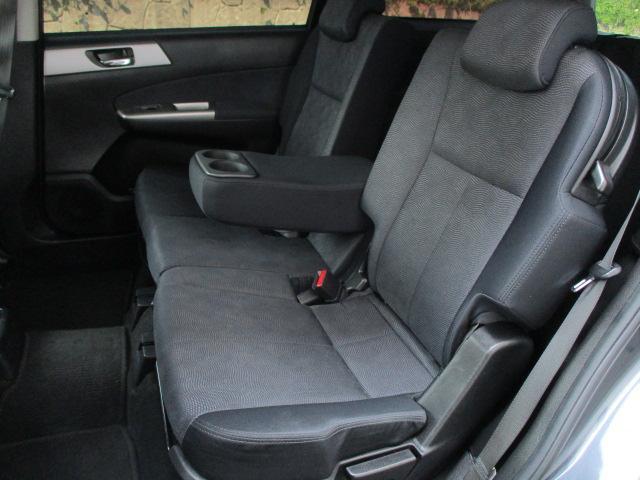運転席・助手席共にシートに目立つ擦れやキズ等もなくキレイな状態です♪折りたたみ式の肘掛けが装備されております♪コンソール部分にはドリンクホルダー&小物入れが装備されております♪