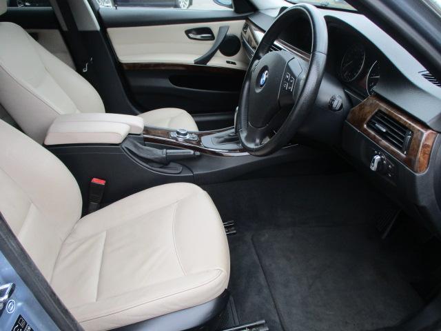 電動シートになりますのでお好みの位置にラクラクと調整出来ます♪運転席は足元も広々としており窮屈感等のストレス等も感じる事なくご乗車出来ます♪