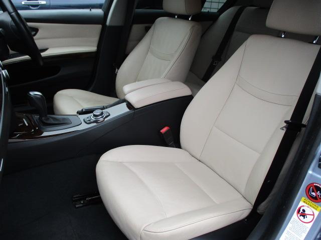 助手席にも電動シートが装備されております♪運転席・助手席共にシートに目立つ汚れやキレ・焦げ穴等もなくとてもキレイな状態です♪中央のコンソールボックスは収納付きの肘掛けになっております♪