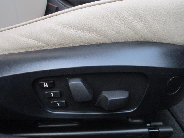 座席下部にございますこちらのスイッチで電動シートの操作が出来ます♪