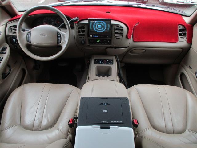 左ハンドル車となっております♪さすがフルサイズボディー車です♪社内も広々しており窮屈感等のストレス等も感じません♪内装はベージュを基調とした明るく落ち着いた雰囲気の車内になります♪