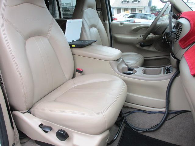運転席・助手席シート共に目立つ擦れやキズ等もなくキレイな状態です♪中央部のコンソールボックスはドリンクホルダーや収納付きの肘掛けが完備されております♪